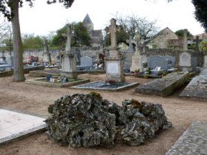 La tombe de l'abbé Nicolas, dans le cimetière de Monthoiron,
